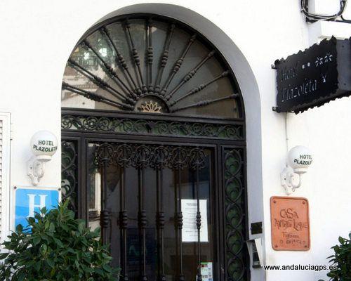 """#Málaga - #Benalmádena - Hotel Plazoleta - 36º 53' 43"""" -4º 34' 22"""" / 36.895278, -4.572778  Este pequeño hotel, inaugurado en el 2000, dispone de un total de 10 acogedoras habitaciones. Cuenta con servicio de salida express las 24 horas, de caja fuerte y de cambio de divisa."""
