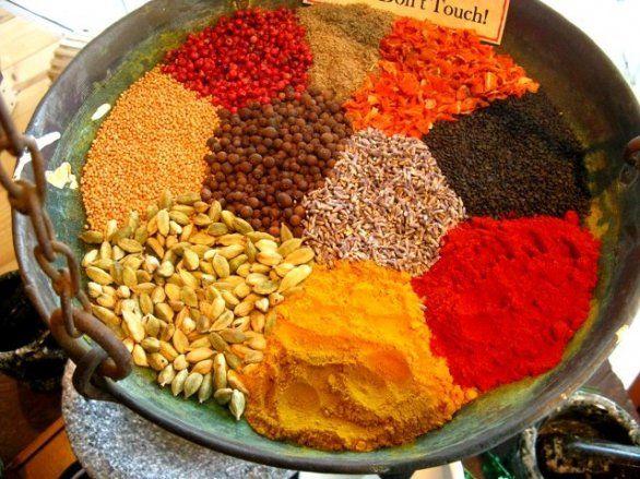 """""""Accarezzatene la superficie con la mano, e la serica polvere gialla vi infarinerà il palmo e i polpastrelli. Polvere d'ala di farfalla"""". Inizia così a descrivere la curcuma, l'ingrediente che conferisce al curry il suo caratteristico colore, Chitra Banerjee Divakaruni nel suo libro La maga delle Spezie."""
