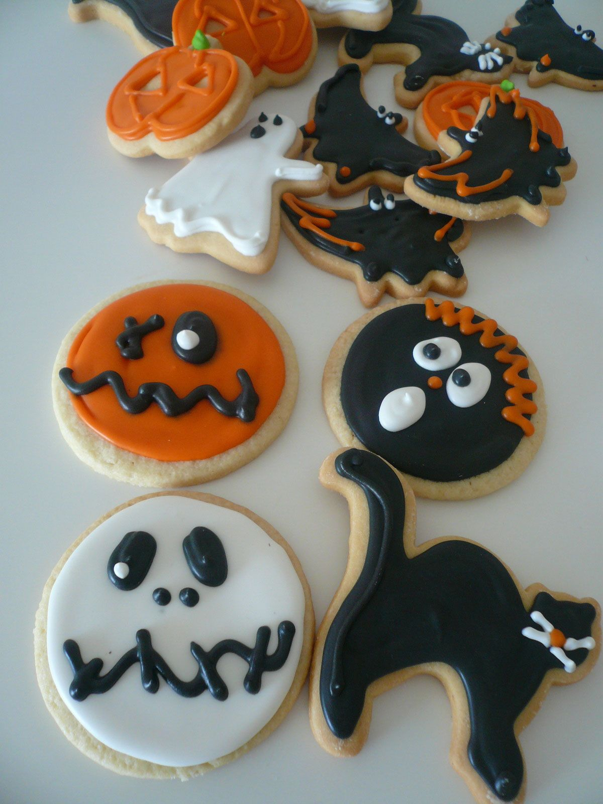 Halloween cookie decorating contest Repinned By - Halloween Decorated Cookies