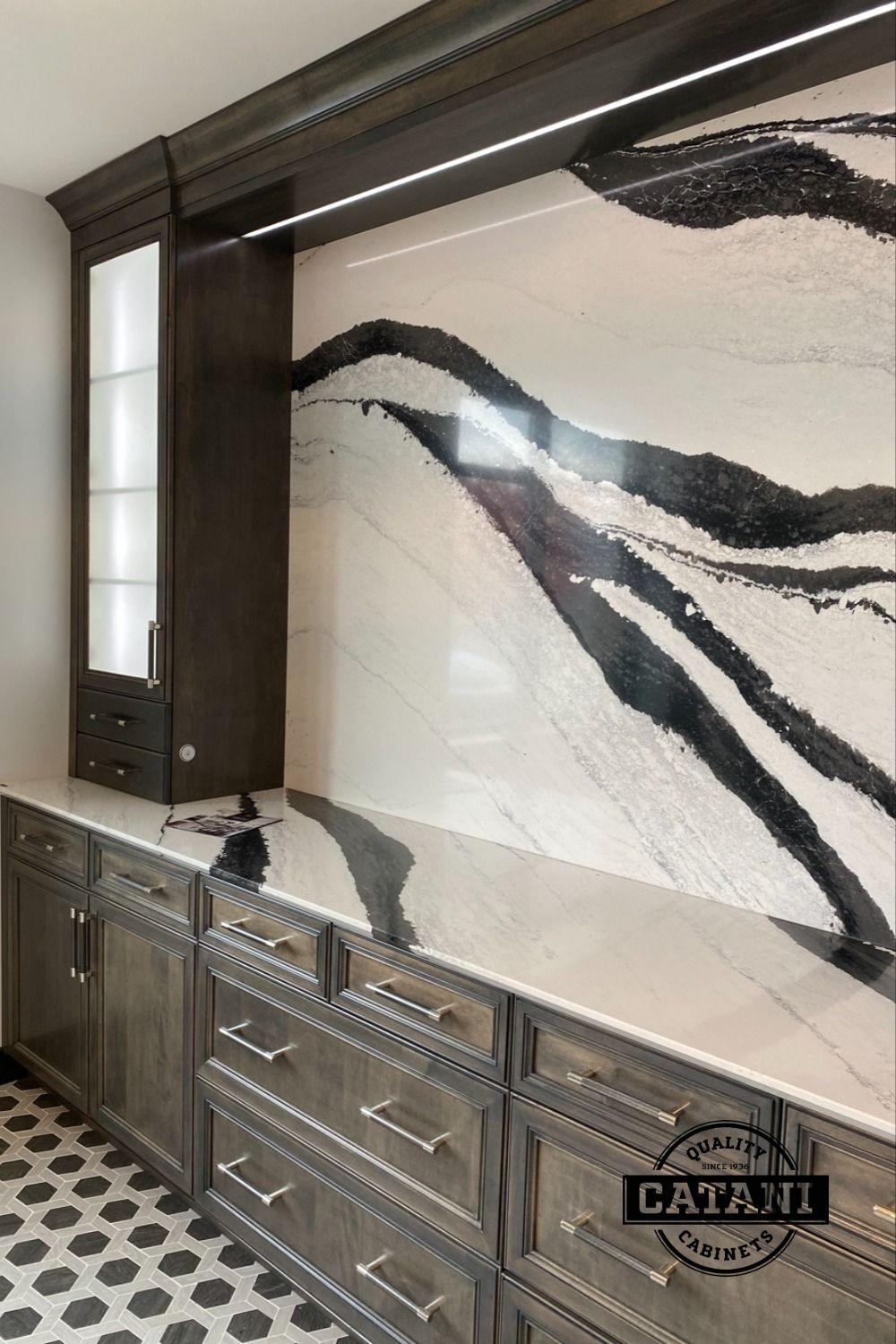Check out the classic but striking effect of this black and white marble centerpiece to match the modern elegancy of this cabinet design 🖤🤍 #marbledesign #marbledecor #remodelingideas . . . . Follow Catani Cabinets on IG and Pinterest for more home and kitchen remodel ideas and inspiration! 🤔💭📌 Click the link below to learn more about our full-service kitchen remodels!