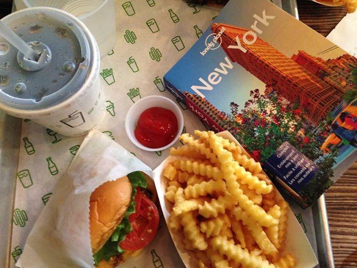 Comparateur de voyages http://www.hotels-live.com : @so_hm nous souhaite un bon appétit en direct de chez #shakeshack  une des nombreuses adresses que l'on vous recommande à New York ! #voyage #usa #etatsunis #newyork #nyc #foodporn #burger Hotels-live.com via https://www.instagram.com/p/BCsMYZ_rw1H/ #Flickr via Hotels-live.com https://www.facebook.com/125048940862168/photos/a.1097302640303455.1073741904.125048940862168/1117626378271081/?type=3 #Tumblr #Hotels-live.com