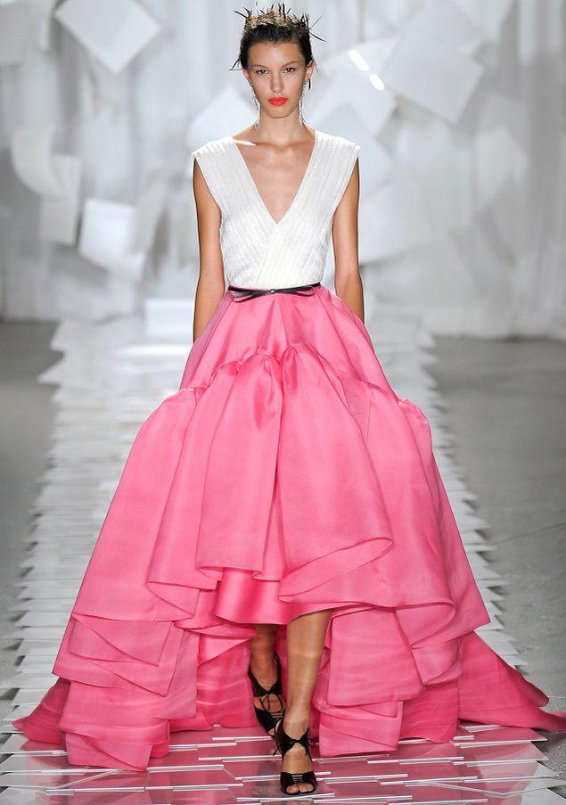 Balenciaga cambia el logo (y arden las redes) | Falda, Trajes de ...