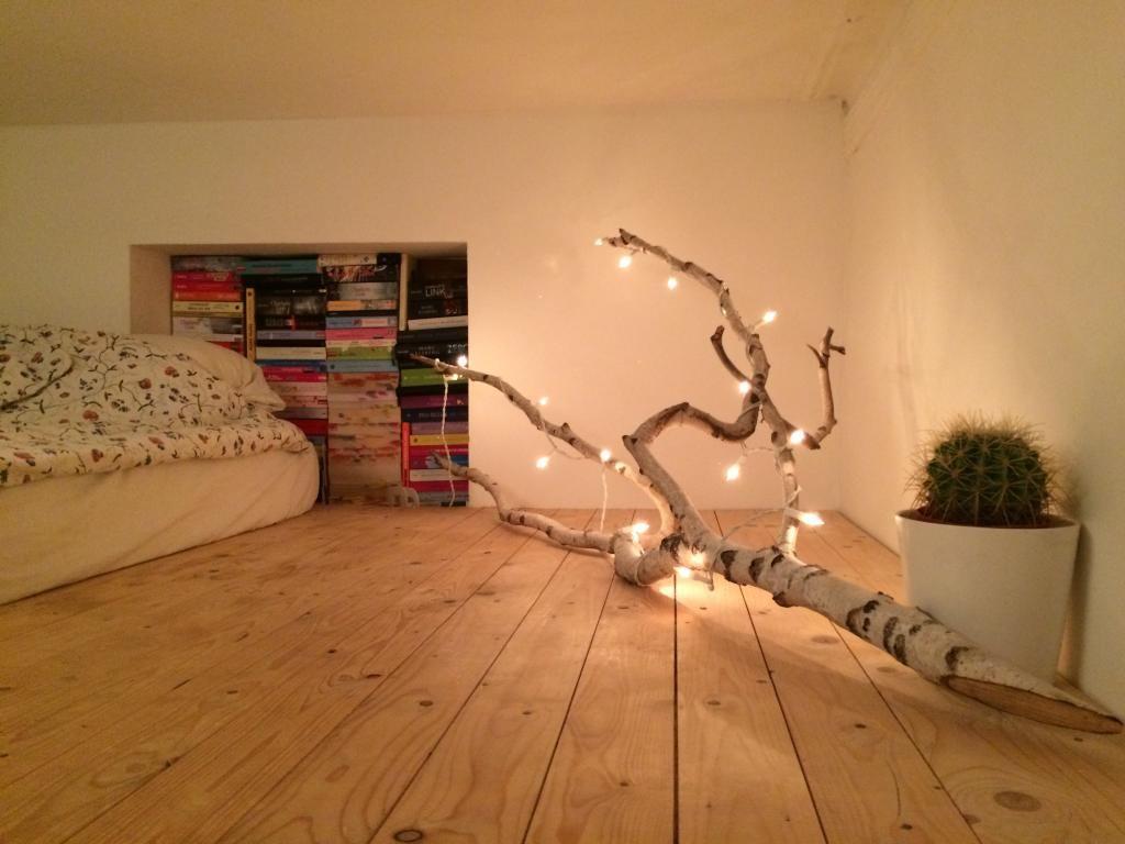 zimmer mit terrasse in hamburg sternschanze hochbett mit toller deko idee naturbelassener ast. Black Bedroom Furniture Sets. Home Design Ideas