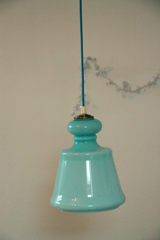 vintage lustre suspension ancien luminaire abat jour en verre opaline bleue lumi re lampes. Black Bedroom Furniture Sets. Home Design Ideas