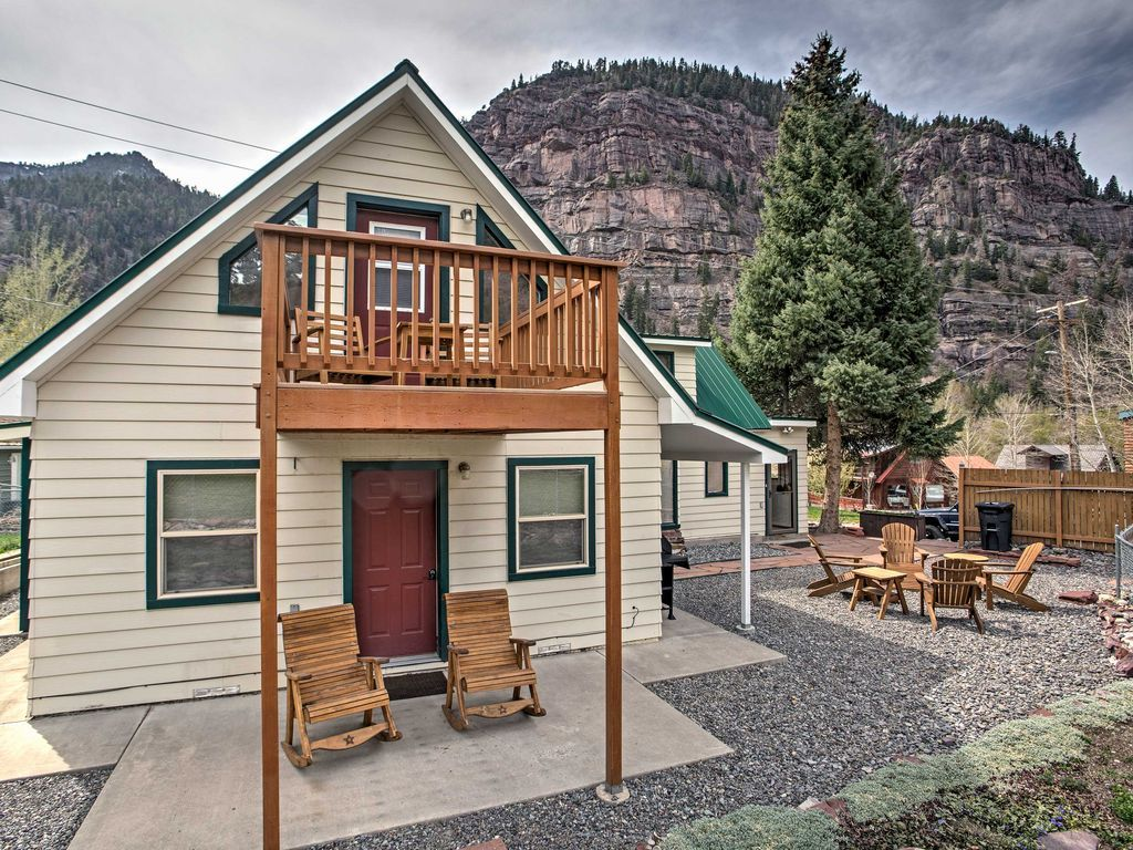 You Re Sure To Have A Memorable Getaway When You Stay At Wild Flower Chalet A 2 Bedroom 3 Bathroom Vacation Rental Vacation Home Rentals House Styles Cabin
