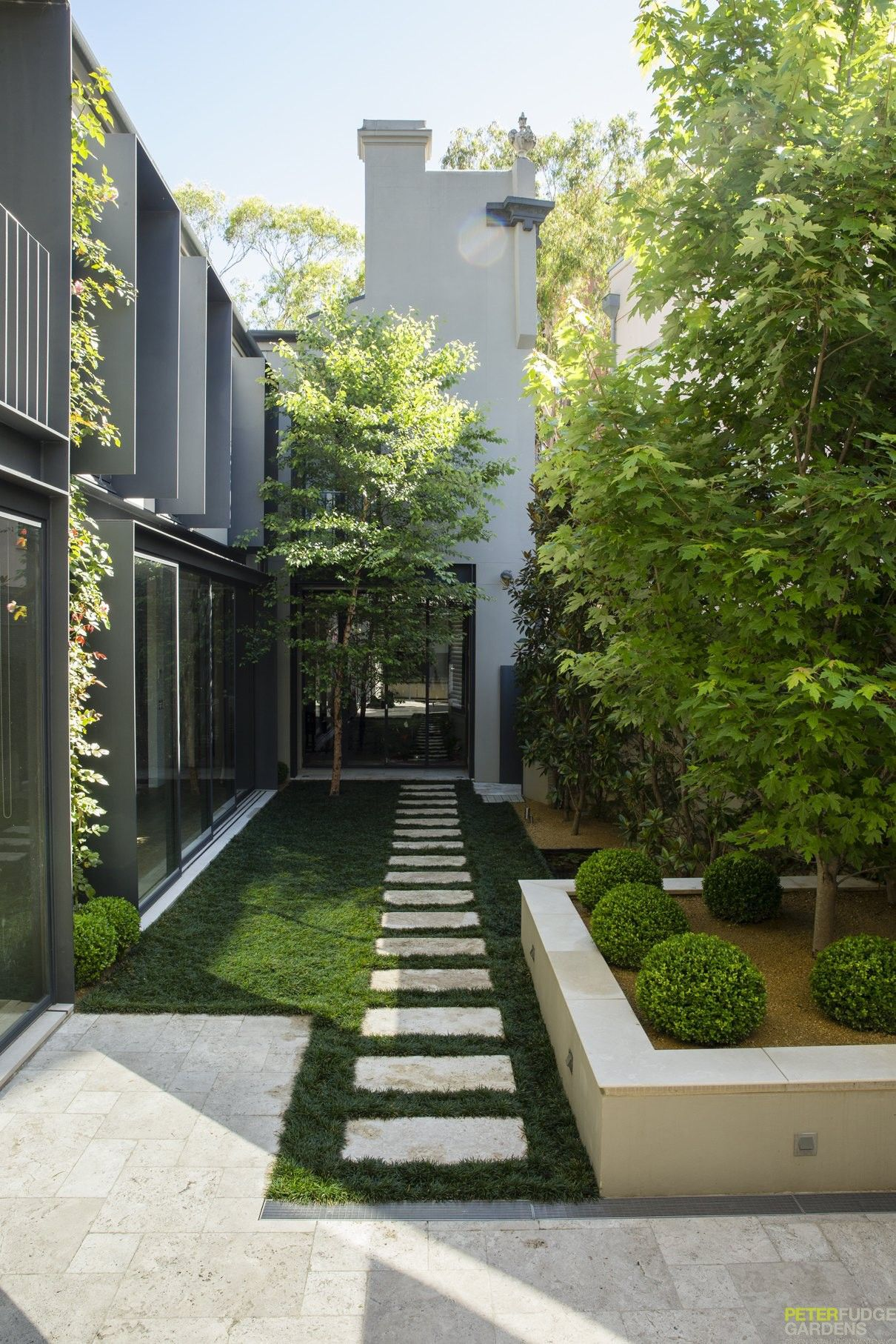 Metropolitan Courtyard ‹ Peter Fudge | Narrow garden ...