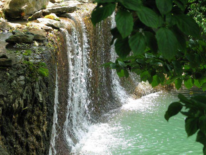 12 Unbelievable Missouri Waterfalls Hiding In Plain Sight No Hiking Required Branson Missouri Vacation Hiking Trails In Missouri Midwest Vacations
