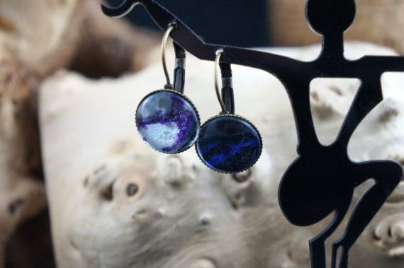 Sleepers antique bronze finish and black purple wax blanc(tissu africain) round cabochon earrings
