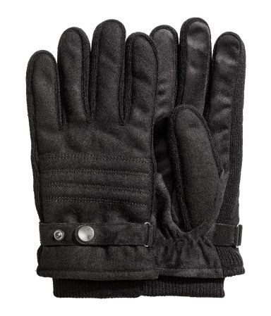Black. Gloves in felted, wool-blend fabric. Adjustable tab with snap fasteners. Ribbed cuffs and fleece lining.