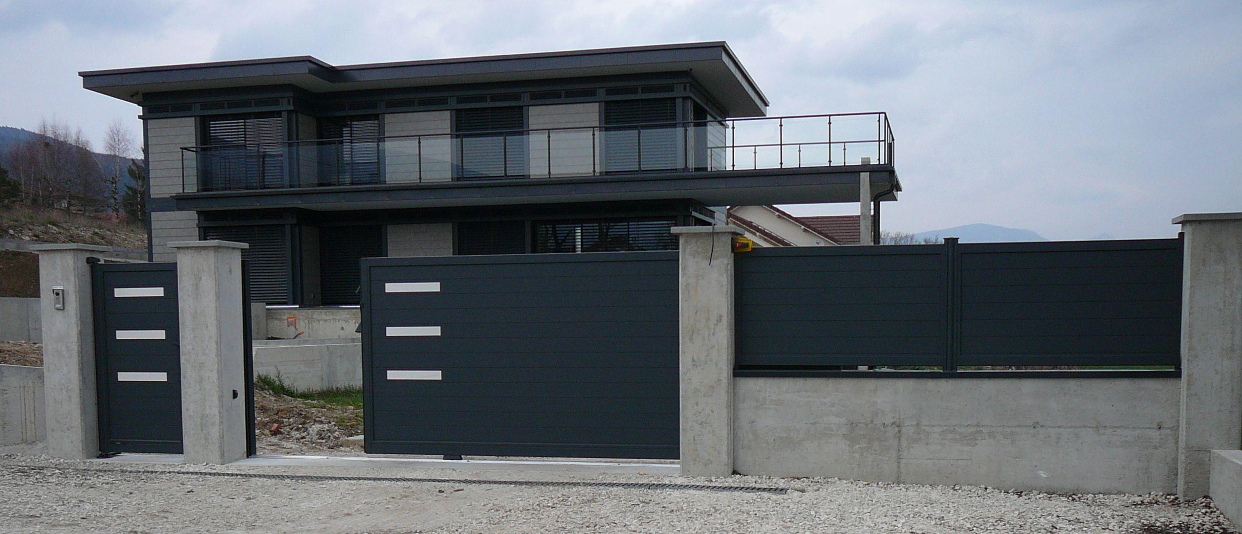 la modernit des d cors inox finition inox bross en parfait accord avec cette maison en. Black Bedroom Furniture Sets. Home Design Ideas