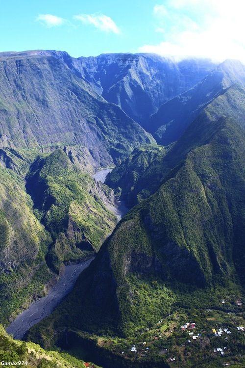 Île de la Réunion et un petit village.....