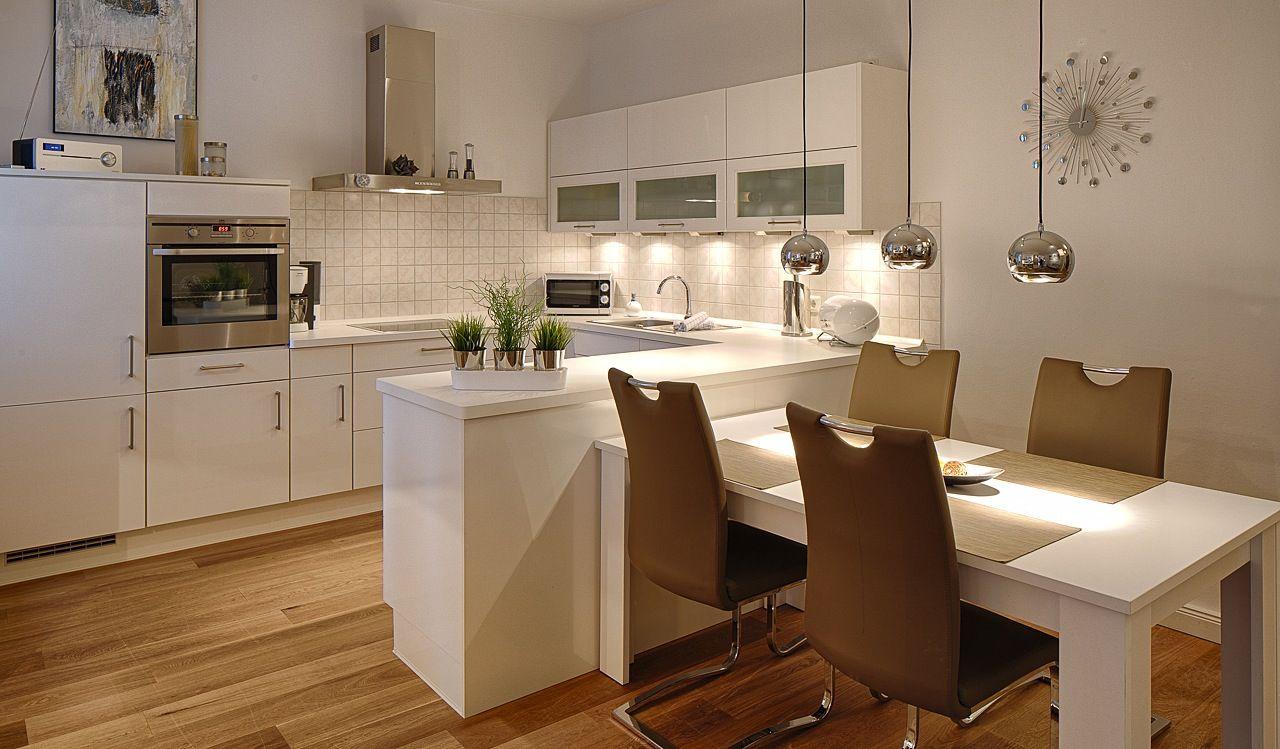 Küche mit integriertem Tisch  Küche tisch, Wohnung küche, Kleine