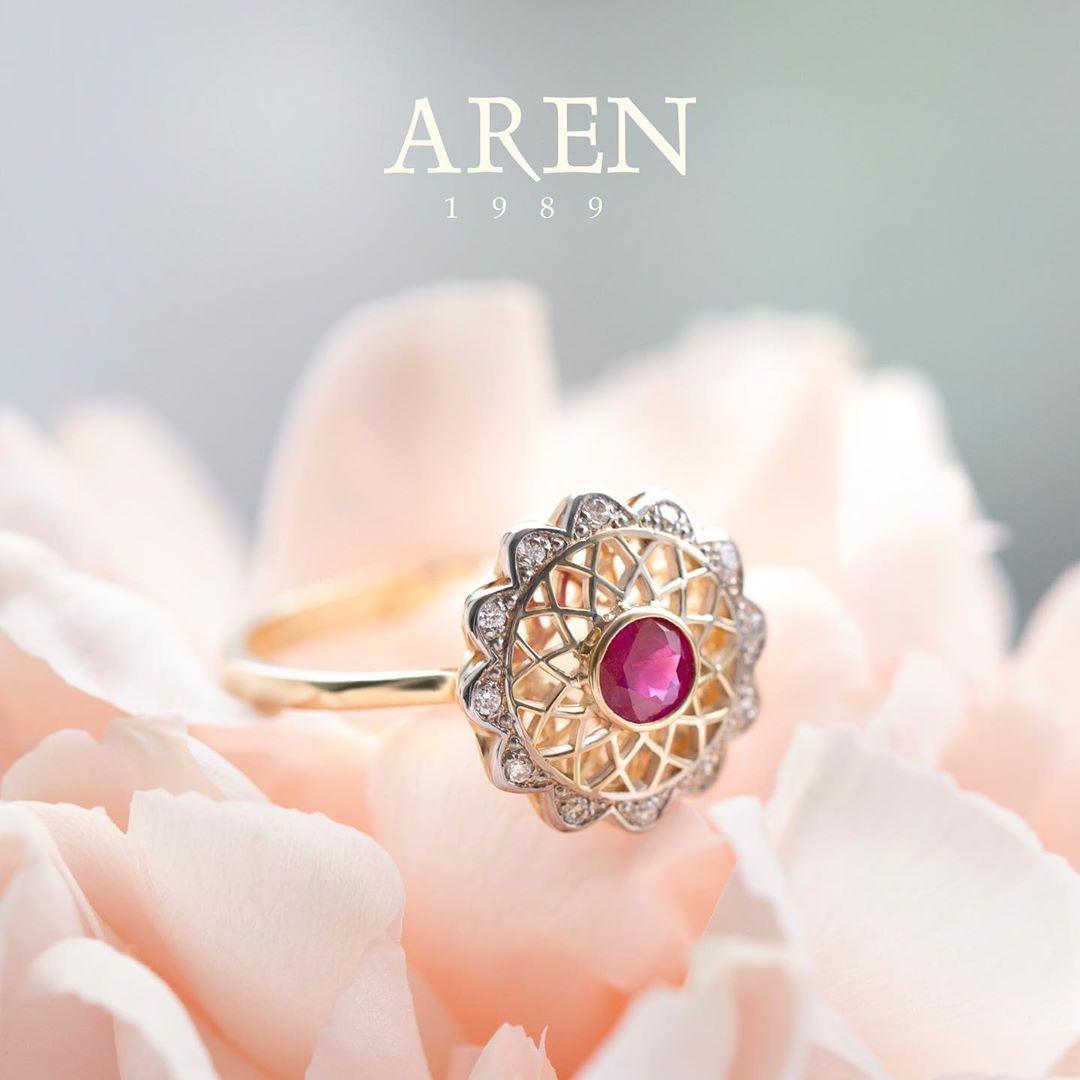 Co powiecie na pierścionek  z rubinem? 💍🌸💕✨ Rubin jest symbolem miłości i wierności. Wiele osób uważa, że rubin oprawiony w złoto dodaje energii i przynosi szczęście. #biżuteria #warsawgirl  #jewellery #jewelry #fashion #ringsoftheday #handmade #gold #accessories #love #ring #jewels #style #diamond #rings #jewellerydesign #jewelrydesigner #ruby #diamonds #handmadejewelry #wedding #jewelrydesign #design #warsaw #onlineshopping #shopping #wspieram #jewelryaddict #instajewelry #bhfyp