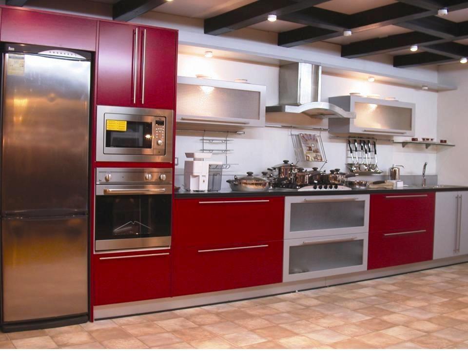 Modernas Cocinas en color rojo y gris Diseño y confección de ROICA