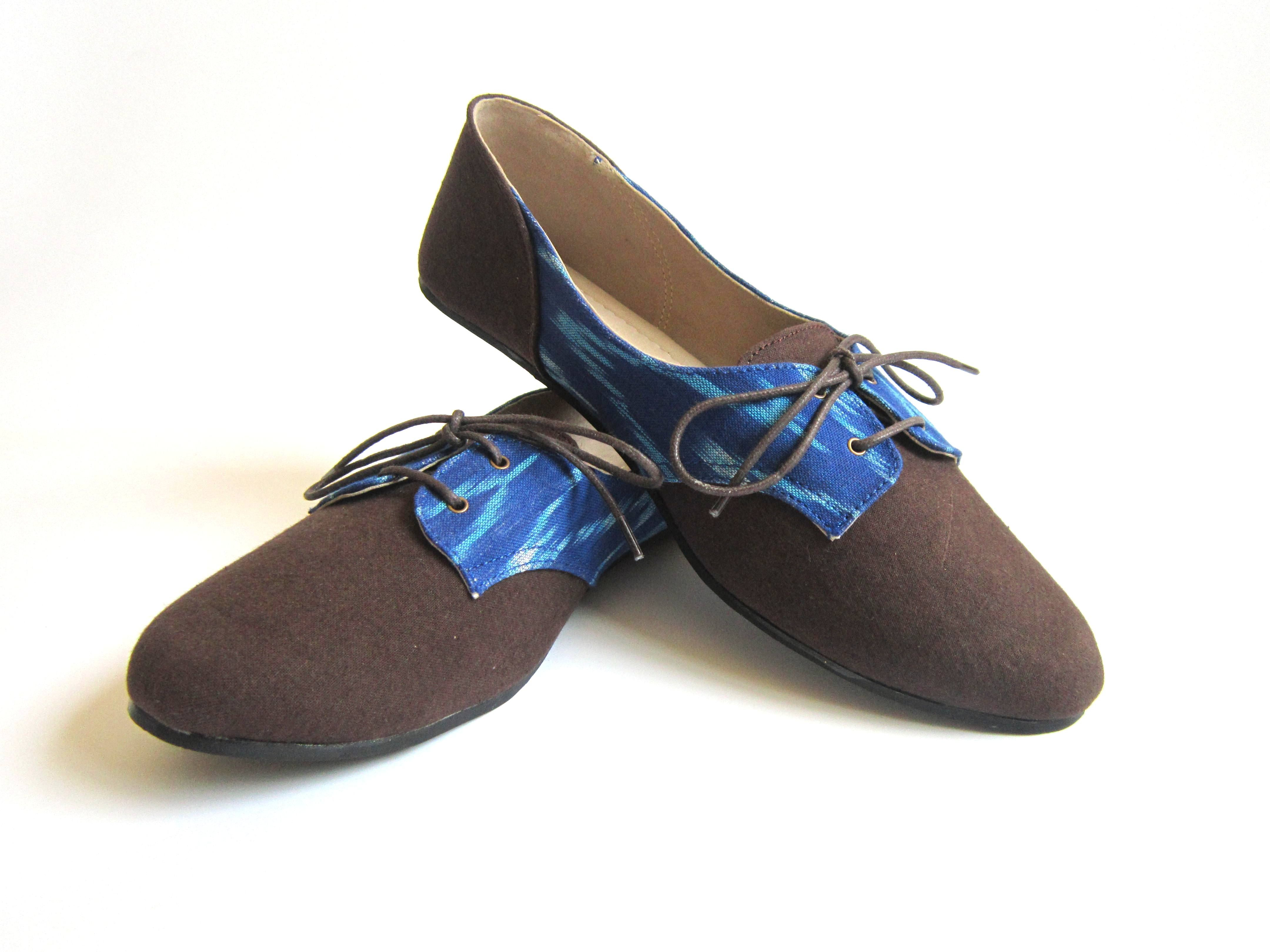 Venice Midnight Eco-friendly handmade footwear with brown solid brown and hand-weaved blue Ikat fabric. For more detials check  www.kurio.in   #ecofriendly #handmade #handweaved #ikat #greensoles #comfort #designer #flat #derby #shoes #makeinindia #madeinindia #india