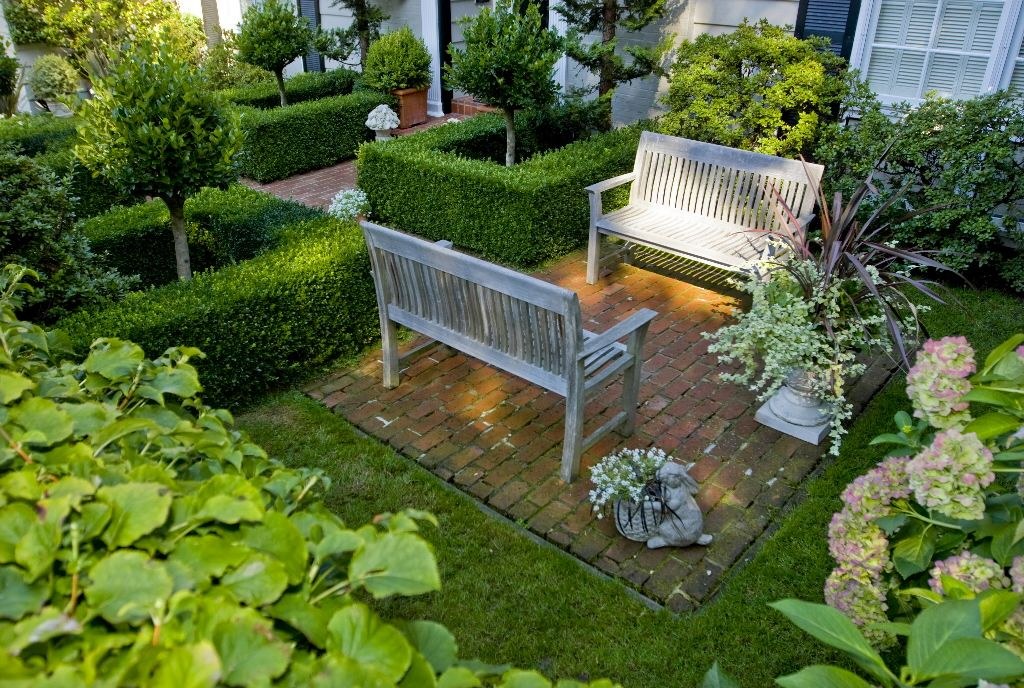 Garden with chairs for communication gardening for Courtyard landscaping pinterest