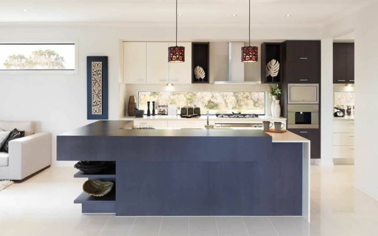 cucina a vista bianca e nera con isola azzurra, divani ...