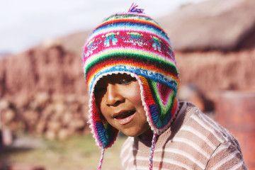 El chullo es un gorro con orejas que tiene muchos colores vibrantes. Es  originario del Perú pero se expandido a Bolivia 69709696dab