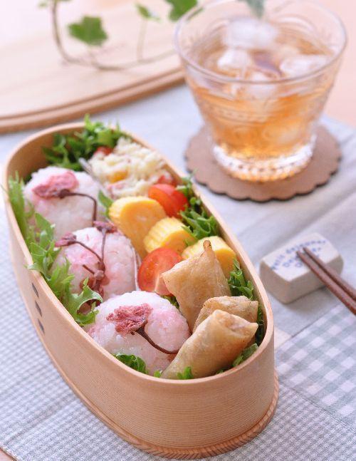 ほんの~~りピンクのさくらおにぎりと1/4春巻きのお弁当|Herisoon