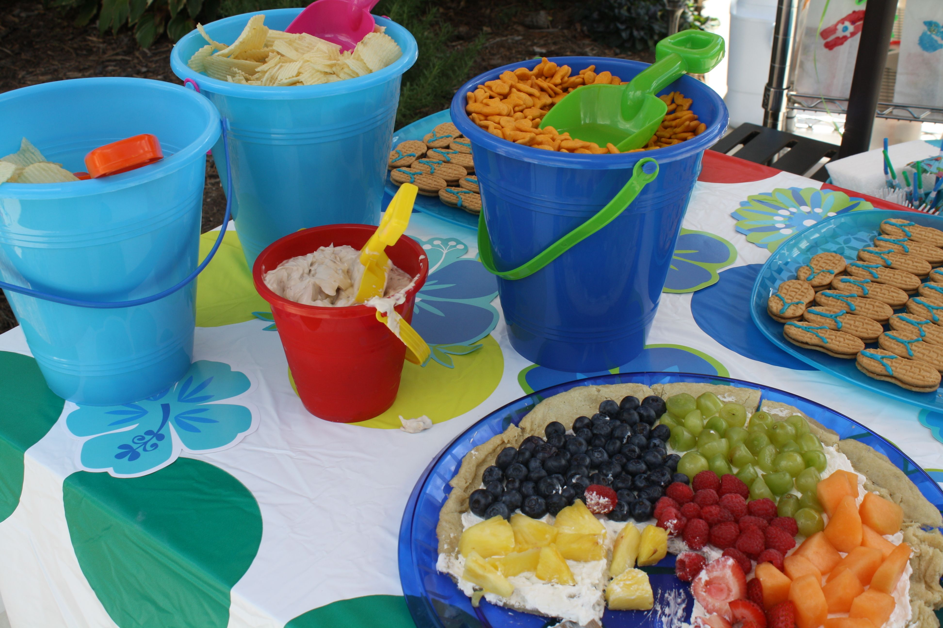 Pool party/sprinkle food - fun bucket idea | Pool party ...