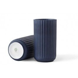 Et designikon er tilbage. Så er det slut med at støvsuge diverse loppemarkeder for den klassiske Lyngby vase. Og nu i en smuk midnatsblå. Kult-vasen er genopstået efter 43 år. Det er det danske firma 'Karakter' som i samarbejde med Porcelænsfabrikken Danmark - Lyngby Porcelæn har bragt vasen til live igen. Intet er ændret i forhold til produktionsmetode, glacering og design, så det er en ægte klassiker, du nu igen kan få fingre i.   Mål: H 15 cm Materiale: Porcelæn farve: Midnatsblå