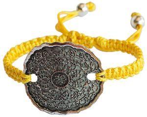 Pulsera amarilla de macramé con medallón