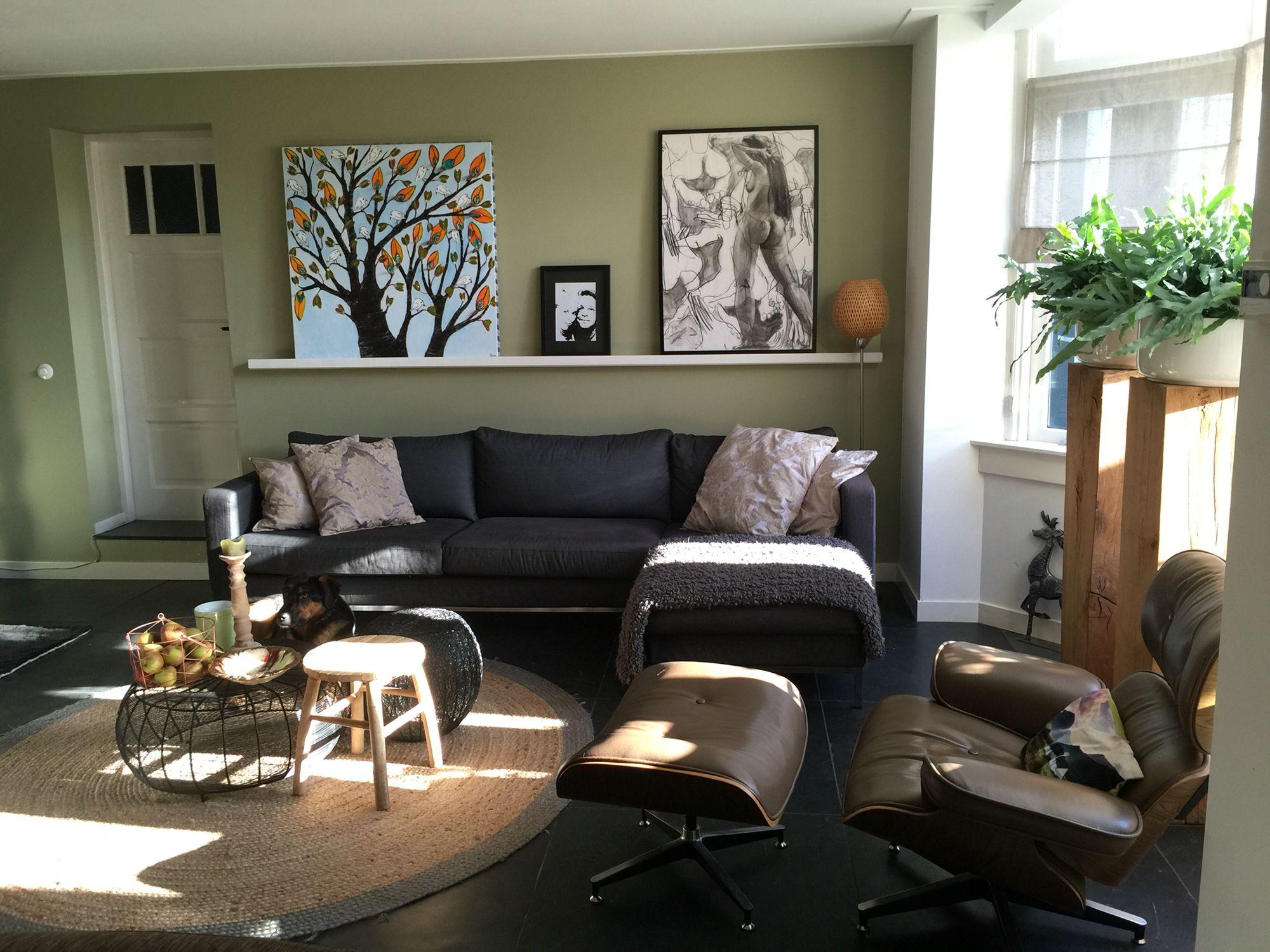 De woonkamer. De schilderijen wissel ik regelmatig bij de ...