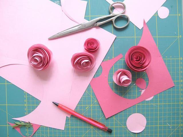 Come creare rose di carta fai da te; un'attività semplice, economica e divertente, ideale da svolgere in circa 10 minuti anche con il supporto dei bambini!