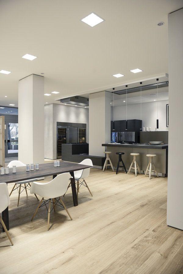 essbereich mit designklassikern und moderne, große küche mit bar, Hause ideen