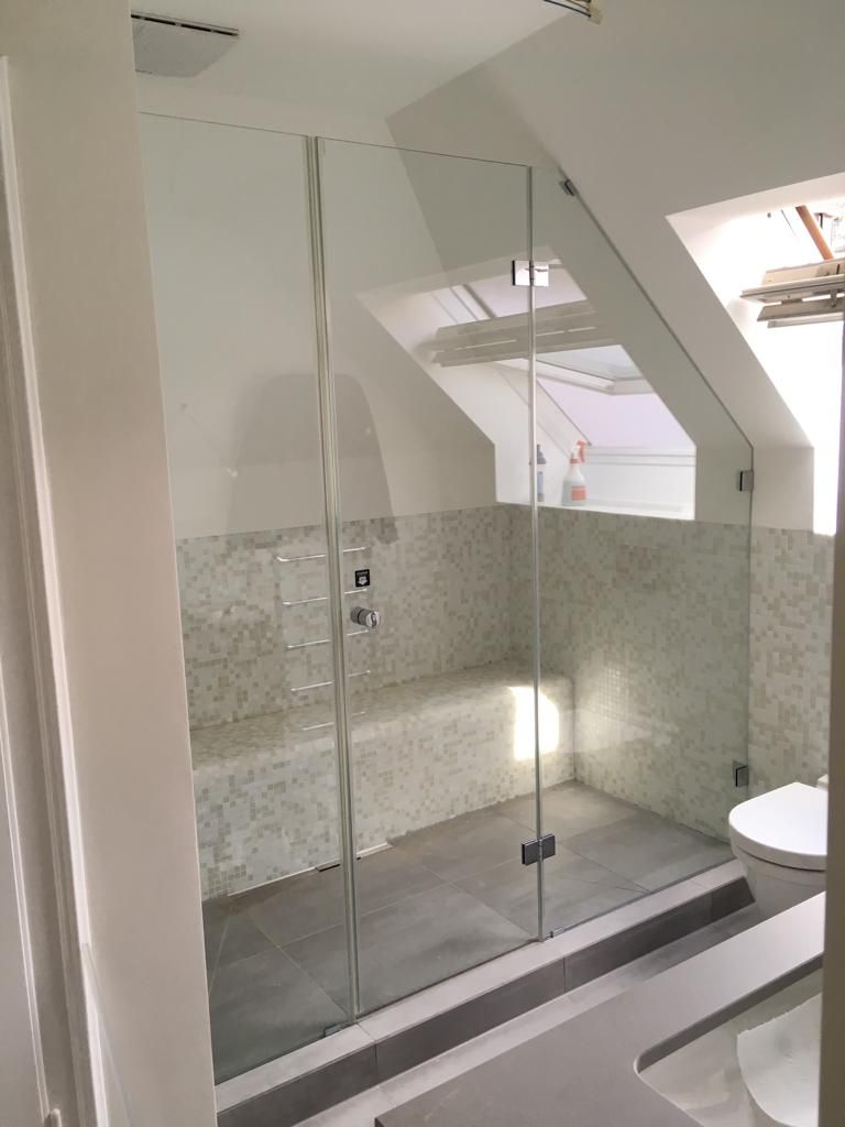 Photo of Dusche unter Dachfenster