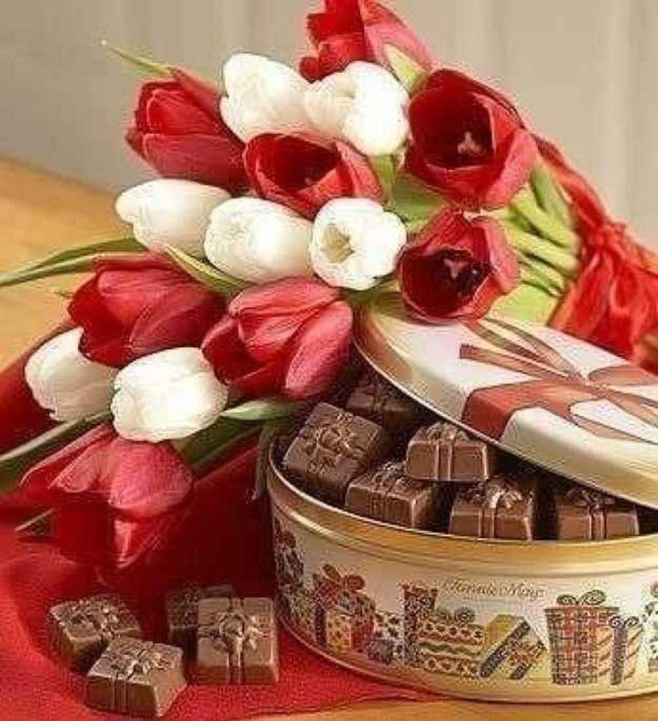 букет цветов и коробка конфет картинки над учебниками работают