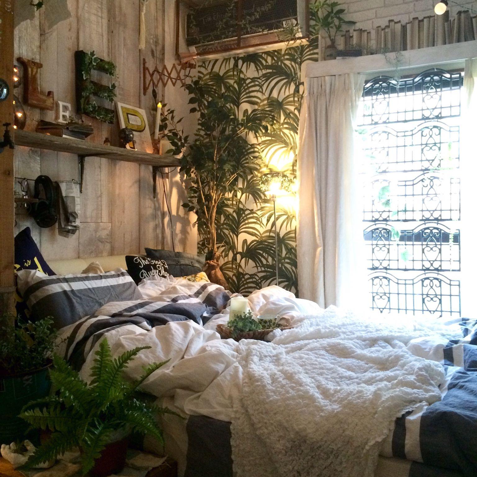 近頃の造花やフェイクグリーンの見た目は本物かと見間違えるほど精巧に造られているものが多くなりました 人工的な鮮やか色だけではなく 自然な落ち着いた色が再現できるようになり まるでアートのようです 更に 虫やカビが気になる場所にも飾れる利点 Bedroom