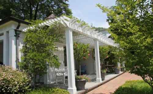 pergolas blanches et belle terrasse de jardin design en bois
