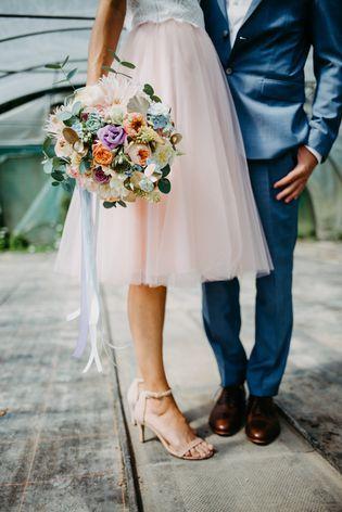Kurzes Brautkleid mit Spitze und Tüllrock in Rosa ...