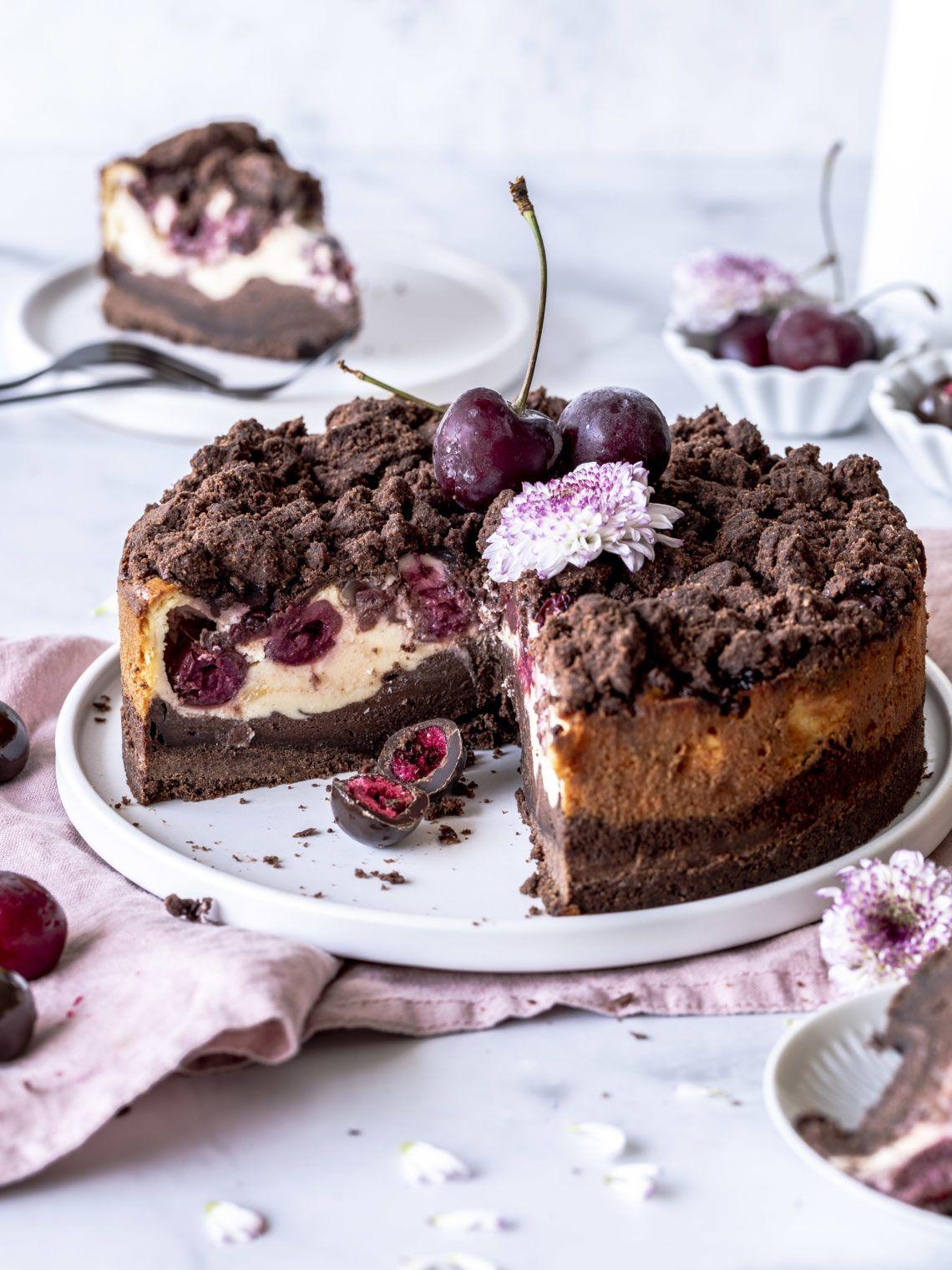 Schoko Kirsch Käsekuchen Rezept mit Streuseln einfach lecker schokoladig backen Backblog Foodblog Foodphotography Cheesecake Schokolade #cheesecake #kirschen #schokolade #backen | Emma´s Lieblingsstücke #fooddiy