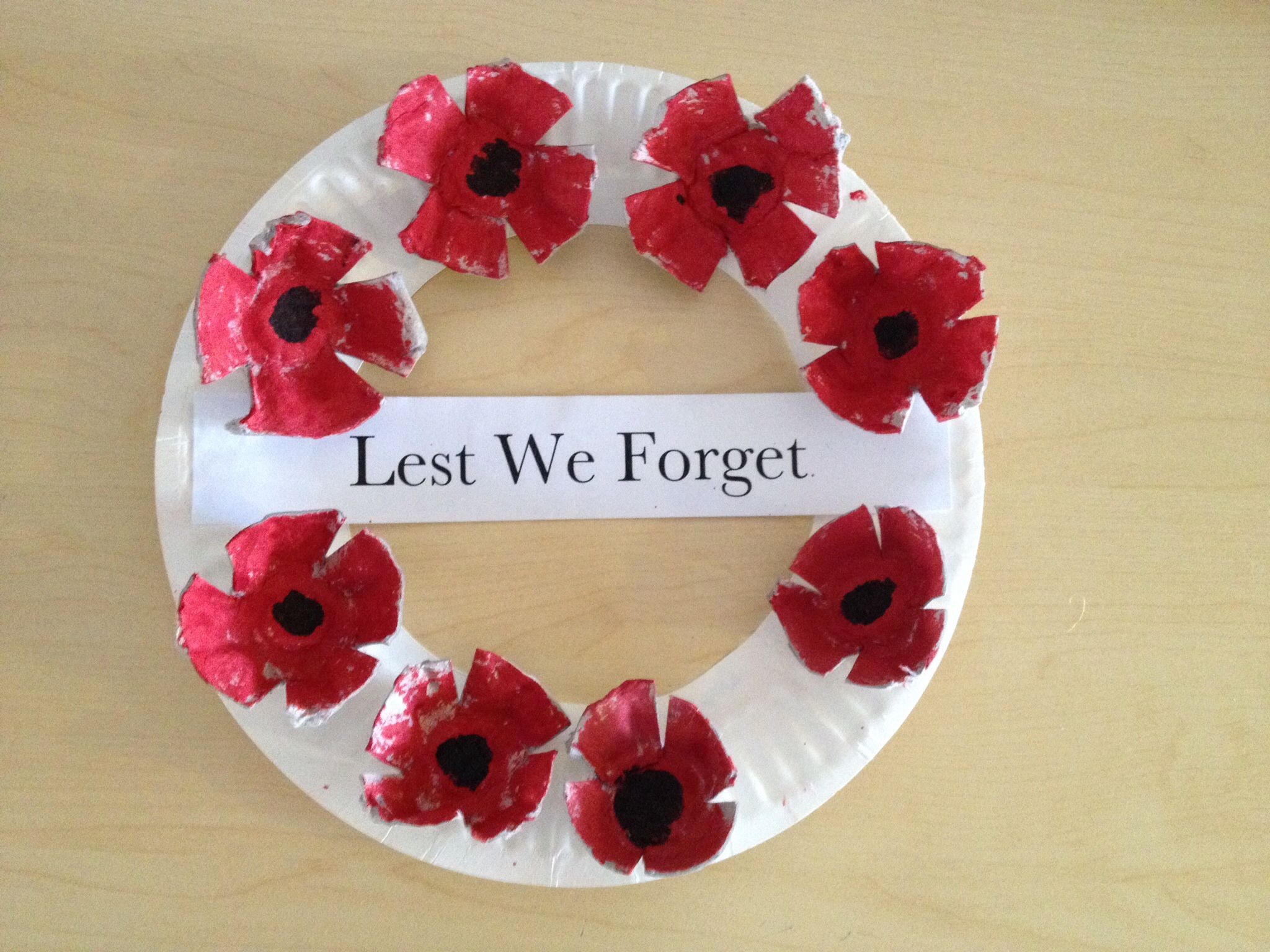 ANZAC day wreath - poppies made from egg cartons and the wreath made for a paper plate. cheap and easy to make and lots of fun for the kids! #remembrancedaycraftsforkids