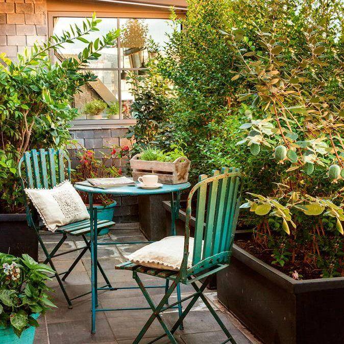 Patio peque o revestida en madera con mesa de comedor for Disenos de terrazas pequenas