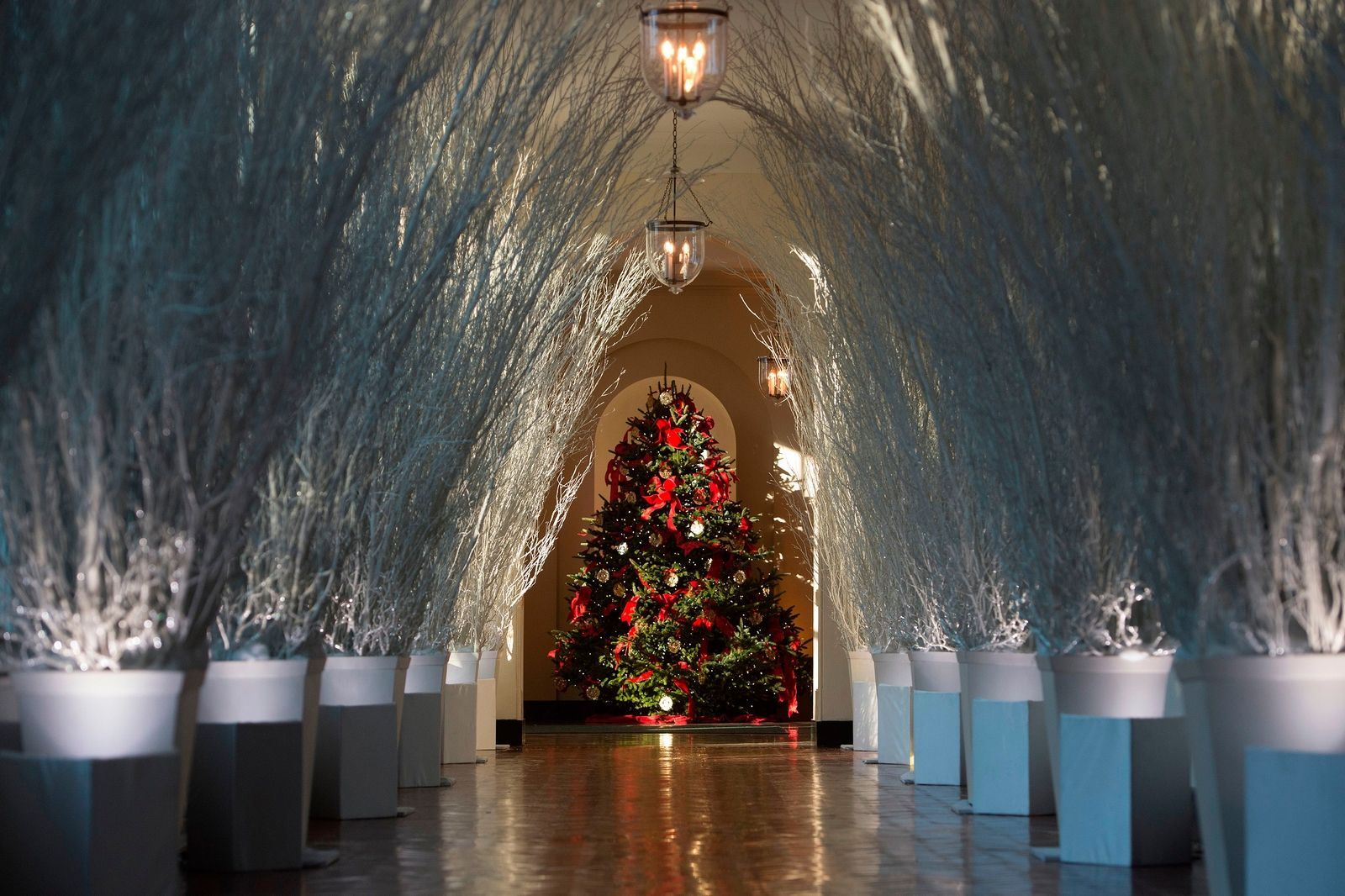 melania trump reveals the white houses narnia inspired christmas decorations harpersbazaaruk