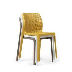 Sedie in plastica colorate dal design essenziale e comodo. Si ...