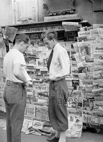 Zeitungsstand in Wien, 1936 Timeline Classics/Timeline Images #1930er #1930s #Vienna #Austria #Österreich #Newspaper #Zeitung #Zeitungsverkauf #Verkäufer #Zeitungsverkäufer