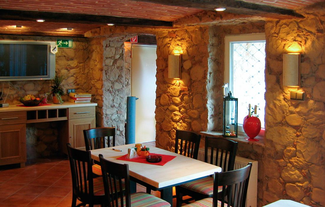 Restaurant Rustikal Steinoptik mit Beleuchtung