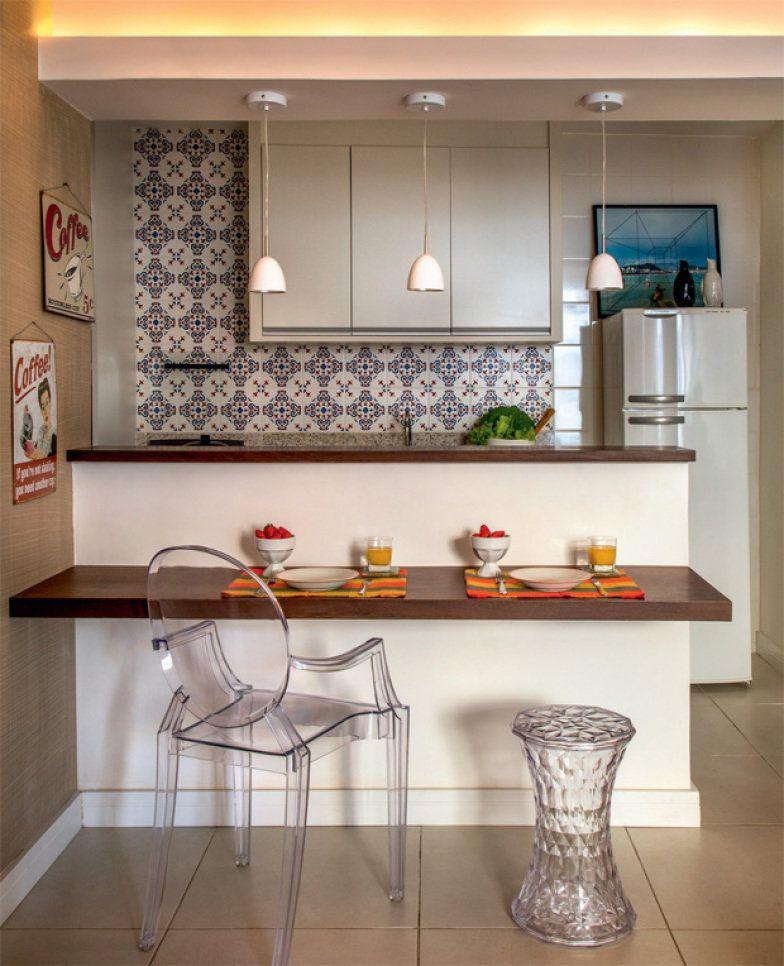 A base neutra, que destaca o painel de azulejos, é formada pelo piso novo e pelos azulejos brancos. A viga acomoda a iluminação indireta e o trio de pendentes.