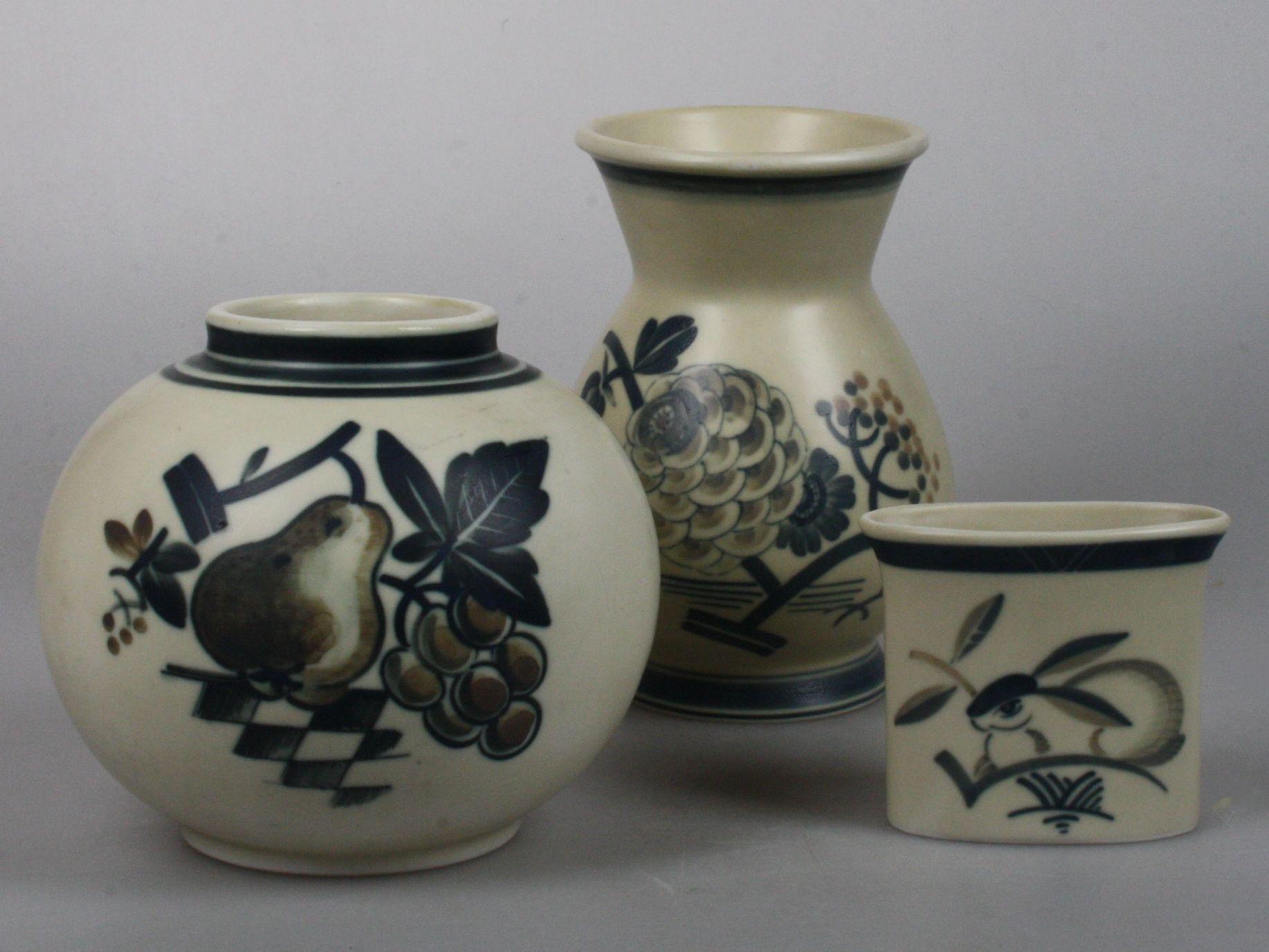 http://artentique.nl/shop/aluminia-art-deco-porcelain-vase-with-pear/