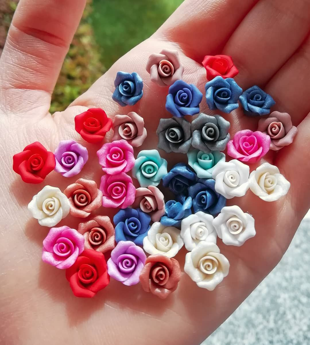 Che ne dite, vi piace questo nuovo formato di roselline? 🌹😍 . . #roses #miniatures #miniroses #colorful #colors #spring #nature #fimo #polymerclay #clayart #artist #madeinitaly #madebyme #handcraft #handmade #crafty #craftersofinstagram #fimolovers #staedtler