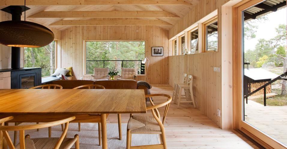 Il tavolone in legno divide l\'area cucina dal salotto, arredato ...