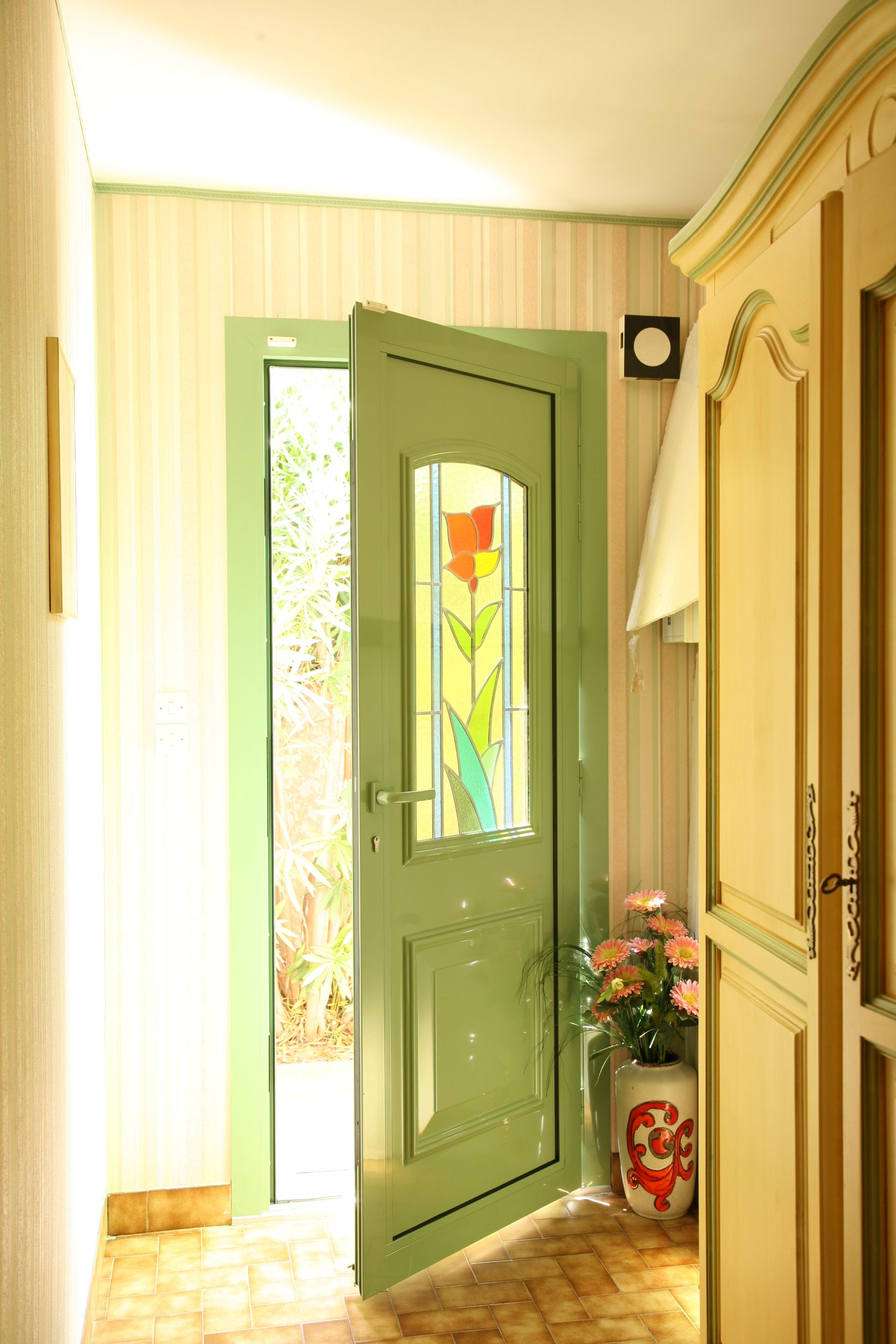 Porte aluminium et vitrail couleur verte pour illuminer la pièce...   menuiserie  maison 364f8675ee9