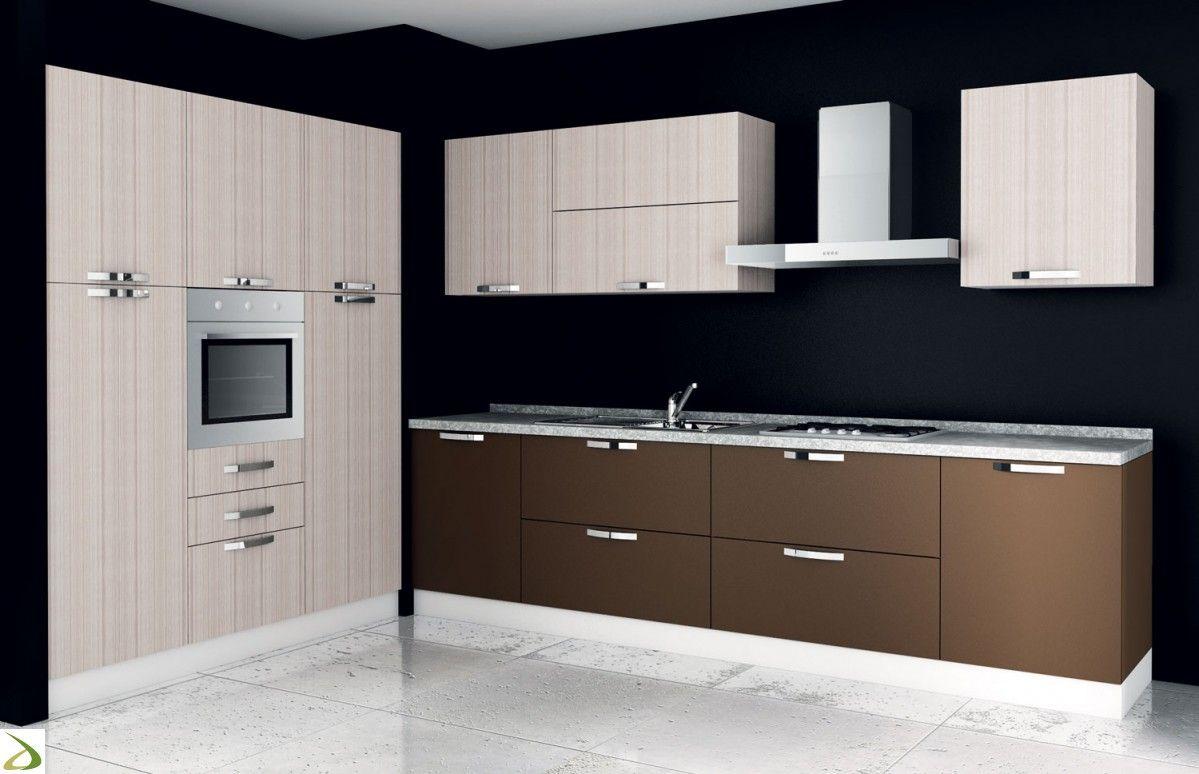 Cucina di design ad angolo in legno con colonna frigo e forno ...