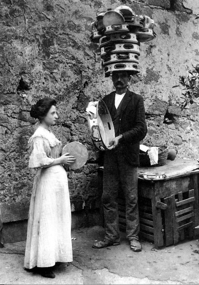 An Italian couple in Naples, ca. 1900s. vintage everyday: 27 Rare Photos Capture Everyday Life of Italians from Late 19th to Early 20th Centuries