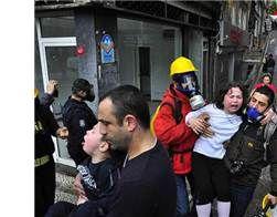 """Çocuklara çığlık atmayı öğretiyorlar 01/05/2014 11:41 A+ A- Sabahtan bu yana Şişli, Mecidiyeköy ve Beşiktaş'ta yoğunlaşan polis müdahalesinden çocuklar da nasibini aldı. Ortaya çıkan görüntüler Aile Bakanı Ayşenur İslam'ın, """"Kendilerini korumaları için çocuklara çığlık atmayı öğretin"""" önerisini hatırlattı. http://www.radikal.com.tr/turkiye/cocuklara_ciglik_atmayi_ogretiyorlar-1189665"""