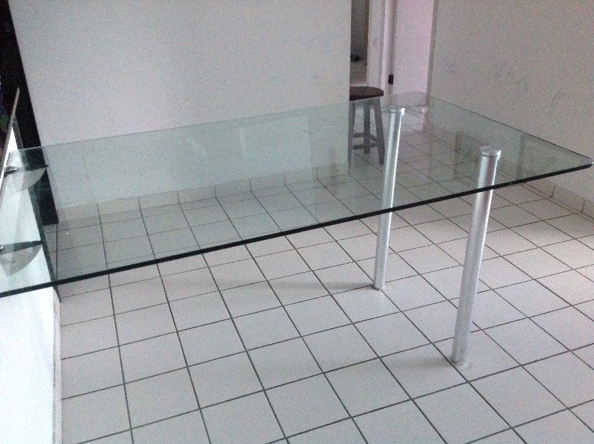 Mesa de vidro com pés e suportes de parede em alumínio